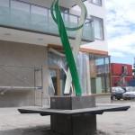 sittbänk i betong med konstverk